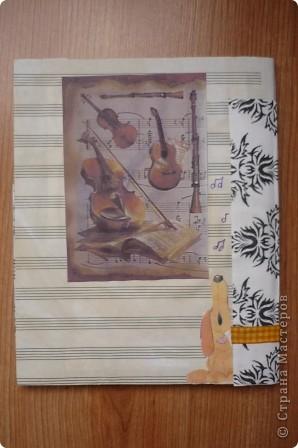 Для обложки использовала двойной лист из нотной тетради, тонированный чаем. Распечатанные на принтере картинки, ленту и стразы. фото 4