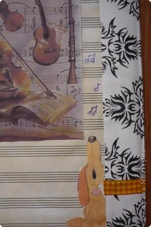 Для обложки использовала двойной лист из нотной тетради, тонированный чаем. Распечатанные на принтере картинки, ленту и стразы. фото 5