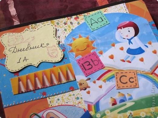 Всем доброго времени суток. Мой сын в этом году пошёл в 1 класс. У всех детей в этом возрасте рисунки всегда яркие и по этому захотелось создать, что-то в этом стиле: детское, непосредственное и яркое и получился вот такой дневник для первоклашки. Использовала всё, что осталось от сборов в школу.   фото 2