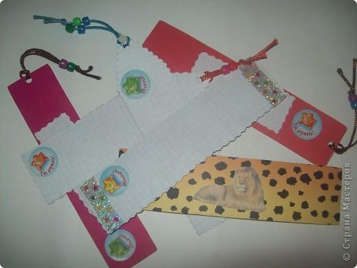 С такими закладками Ваня пойдет в понедельник в школу. Две закладки- раскраски, две- картинки из журнала, одна-плетеная из бумажных полосок и одна-специально для окружающего мира. фото 2