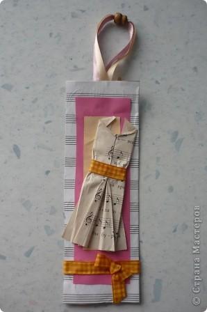 Закладку делали из картона и нотной тетради.Решили украсить платьем -оригами, с нотным рисунком. фото 1