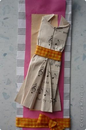 Закладку делали из картона и нотной тетради.Решили украсить платьем -оригами, с нотным рисунком. фото 2