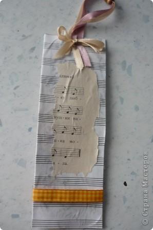 Закладку делали из картона и нотной тетради.Решили украсить платьем -оригами, с нотным рисунком. фото 3