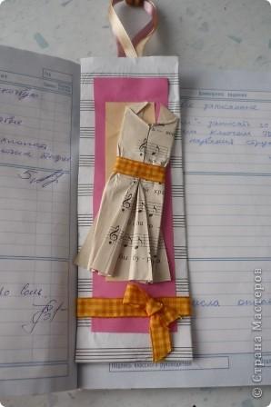 Закладку делали из картона и нотной тетради.Решили украсить платьем -оригами, с нотным рисунком. фото 4