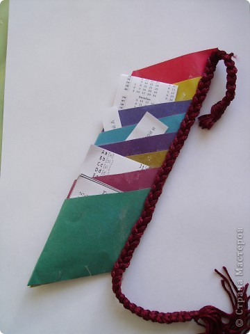 Это закладка мне помогает в учебе, она состоит из кармашков. Туда я сложил все мои короткие записочки по всем предметам.  фото 1