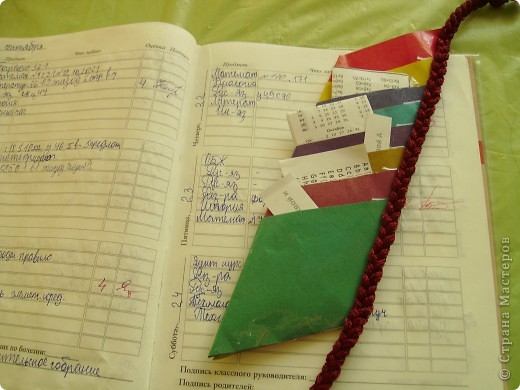 Это закладка мне помогает в учебе, она состоит из кармашков. Туда я сложил все мои короткие записочки по всем предметам.  фото 3