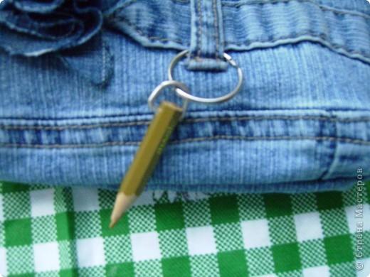"""Джинсы - это """"кладезь идей"""". Вот, отрезала кусок штанины, прошила внизу, обязательно нужно выделить уголки, чтобы дно было объемным. фото 5"""