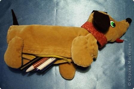 Я очень люблю собак. Особенно мне нравятся таксы. Поэтому я сшила себе пенал из бархатистой ткани в виде щенка. фото 3