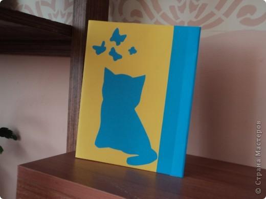 Я думаю, моя обложка  понравится девчонкам.  Милый котенок и бабочки, сочетание синего и желтого цветов, поднимут  настроение, даже на самом сложном предмете. фото 3