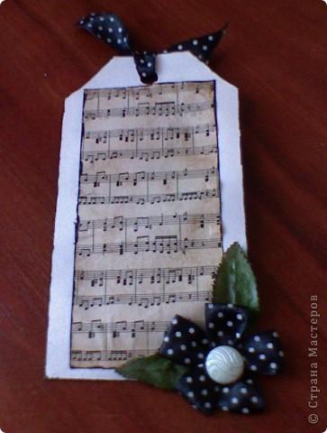 вот собственно и моя закладочка.Состарив распечатку нот,приклеяла её на основу, а потом просто украсила закладку лентой и листьями. фото 1