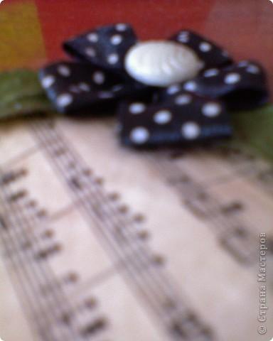 вот собственно и моя закладочка.Состарив распечатку нот,приклеяла её на основу, а потом просто украсила закладку лентой и листьями. фото 2