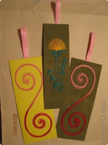 Закладка с цветочком - для учебника по окружающему миру, спираль (знак бесконечности) - для математики. Выполнены в технике ниткография. фото 1