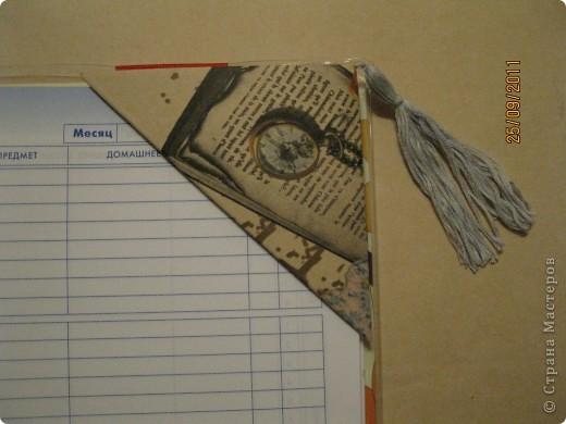 Закладка с цветочком - для учебника по окружающему миру, спираль (знак бесконечности) - для математики. Выполнены в технике ниткография. фото 4