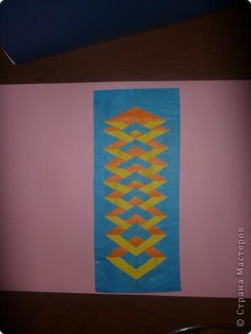 Лесенка .  Наклеиваем на картон оранжевую бумагу. Склеиваем синий и желтый цвет цветной бумаги лицевыми сторонами.Складываем их пополам вдоль и надрезаем до половины наискосок. Разворачиваем и наклеиваем на оранжевую заготовку.Прорезанные полоски отворачиваем наружу на 180 градусов,края отвернутых уголков приклеиваем или оставляем их под небольшим наклоном.Кому как нравится!  фото 1