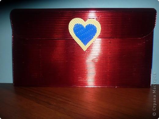 Пенал-сумочка.   Гофрокартон (красного цвета) складываем в таком виде  :    1:1:0.3. крышечку обрезаем снизу полукругом.Между передней и задней стенкой пенала-вставляем клапан -гармошку. На месте застежки -на липучке-сердечки. фото 1