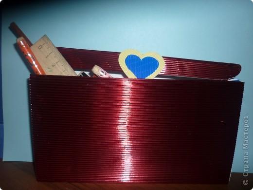 Пенал-сумочка.   Гофрокартон (красного цвета) складываем в таком виде  :    1:1:0.3. крышечку обрезаем снизу полукругом.Между передней и задней стенкой пенала-вставляем клапан -гармошку. На месте застежки -на липучке-сердечки. фото 2