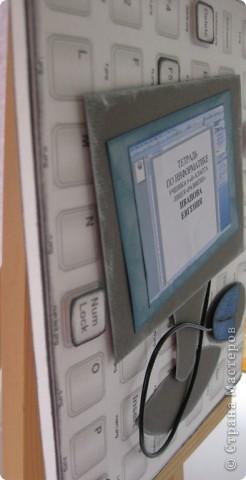 Долго думал, по какому предмету сделать обложку. Хотел историю, но не хотел повторять мамину... Выбрал информатику. Фон -клавиши распечатка компьютерна, скриншот  вордовского документа, компьютер-бумага для пастели. фото 3