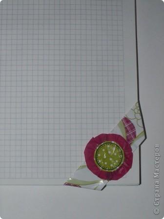 Закладка делается быстро из красивой упаковочной бумаги, напоминающей аппликацию на ткани. Делается из полоски сложенной в 4 слоя бумаги. Декорирована цветком-розеткой. Такую закладку легко сделать с ученицами. фото 3