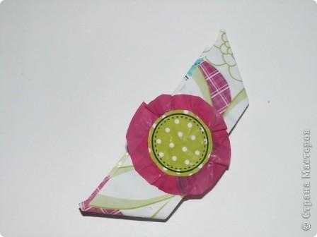Закладка делается быстро из красивой упаковочной бумаги, напоминающей аппликацию на ткани. Делается из полоски сложенной в 4 слоя бумаги. Декорирована цветком-розеткой. Такую закладку легко сделать с ученицами. фото 1