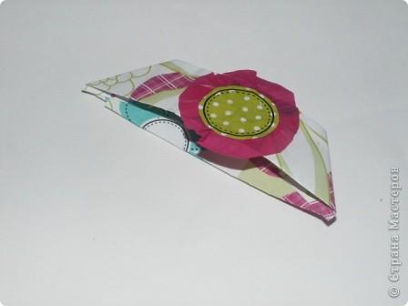 Закладка делается быстро из красивой упаковочной бумаги, напоминающей аппликацию на ткани. Делается из полоски сложенной в 4 слоя бумаги. Декорирована цветком-розеткой. Такую закладку легко сделать с ученицами. фото 2