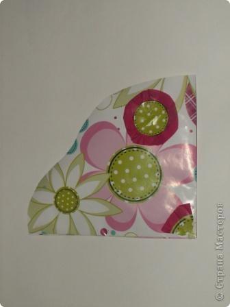 Закладка делается быстро из красивой упаковочной бумаги, напоминающей аппликацию на ткани. Делается из полоски сложенной в 4 слоя бумаги. Декорирована цветком-розеткой. Такую закладку легко сделать с ученицами. фото 14