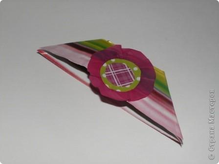 Закладка делается быстро из красивой упаковочной бумаги, напоминающей аппликацию на ткани. Делается из полоски сложенной в 4 слоя бумаги. Декорирована цветком-розеткой. Такую закладку легко сделать с ученицами. фото 9