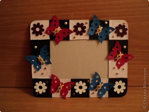 Соединить основание рамки с задней стенкой.  Украсить рамку бисером и бусинами.  Рамка готова!