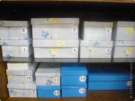 29 мая - день коробочки.         «Переодеть» обычную картонную коробку в новую стильную и красивую одежку очень просто. Для этого нужны лишь некоторые расходные материалы (бумага, клей и т.д.), небольшие навыки в рукоделии, совсем капелька фантазии, творческих порывов и большое желание украсить, улучшить или обновить интерьер своего дома.  фото 6