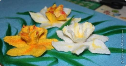 """""""Любовью тюльпан и горчанка зажглись, И дивный красавец, влюблённый Нарцисс,  Расцвёл над ручьём и глядит на себя, Пока не умрёт, бесконечно любя…""""  (Шелли """"Мимоза"""")  Этот цветок был так много воспет поэтами всех стран и веков, как ни одно другое, разве только что роза. Сам Магомет сказал про него: """"У кого два хлеба, тот пусть продаст один, чтобы купить цветок нарцисса, ибо хлеб - пища для тела, а нарцисс - пища для души"""". А персидский царь Кир прозвал его """"созданием красоты - бессмертною усладой"""".  фото 9"""
