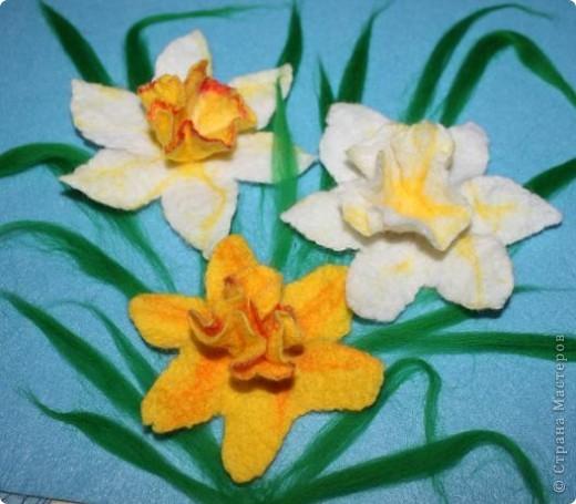 """""""Любовью тюльпан и горчанка зажглись, И дивный красавец, влюблённый Нарцисс,  Расцвёл над ручьём и глядит на себя, Пока не умрёт, бесконечно любя…""""  (Шелли """"Мимоза"""")  Этот цветок был так много воспет поэтами всех стран и веков, как ни одно другое, разве только что роза. Сам Магомет сказал про него: """"У кого два хлеба, тот пусть продаст один, чтобы купить цветок нарцисса, ибо хлеб - пища для тела, а нарцисс - пища для души"""". А персидский царь Кир прозвал его """"созданием красоты - бессмертною усладой"""".  фото 7"""