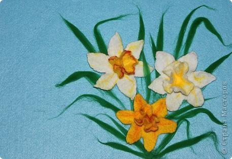"""""""Любовью тюльпан и горчанка зажглись, И дивный красавец, влюблённый Нарцисс,  Расцвёл над ручьём и глядит на себя, Пока не умрёт, бесконечно любя…""""  (Шелли """"Мимоза"""")  Этот цветок был так много воспет поэтами всех стран и веков, как ни одно другое, разве только что роза. Сам Магомет сказал про него: """"У кого два хлеба, тот пусть продаст один, чтобы купить цветок нарцисса, ибо хлеб - пища для тела, а нарцисс - пища для души"""". А персидский царь Кир прозвал его """"созданием красоты - бессмертною усладой"""".  фото 1"""