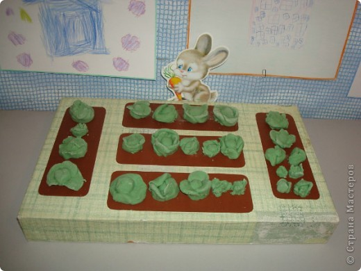 Капусту для зайки мои воспитанники лепили из окрашенного зеленого соленого теста. Во время приготовления такого теста я сразу добавляю в смесь соли и муки воду необходимого цвета, хотя можно окрашивать и готовую поделку. фото 1