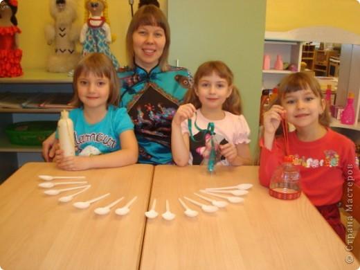 Мы решили сделать оригинальные кормушки для небольших по величине птиц: синиц, снегирей и воробьев и разместить их в нашей птичьей столовой на участке детского сада.  фото 2