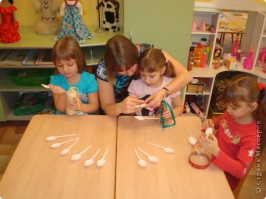 Мы решили сделать оригинальные кормушки для небольших по величине птиц: синиц, снегирей и воробьев и разместить их в нашей птичьей столовой на участке детского сада.  фото 3