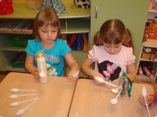 Мы решили сделать оригинальные кормушки для небольших по величине птиц: синиц, снегирей и воробьев и разместить их в нашей птичьей столовой на участке детского сада.  фото 4
