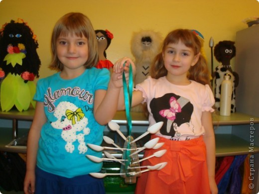 Мы решили сделать оригинальные кормушки для небольших по величине птиц: синиц, снегирей и воробьев и разместить их в нашей птичьей столовой на участке детского сада.  фото 5