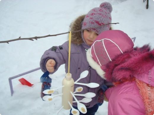 Мы решили сделать оригинальные кормушки для небольших по величине птиц: синиц, снегирей и воробьев и разместить их в нашей птичьей столовой на участке детского сада.  фото 7