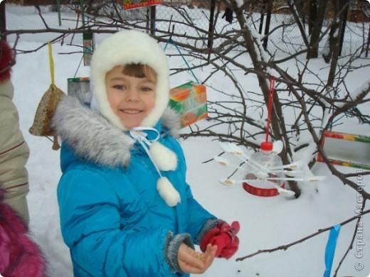 Мы решили сделать оригинальные кормушки для небольших по величине птиц: синиц, снегирей и воробьев и разместить их в нашей птичьей столовой на участке детского сада.  фото 6
