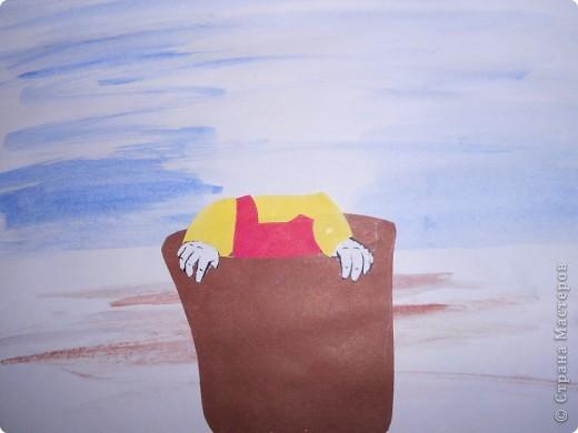 Вы, наверное, помните русскую народную сказку про Машу и Медведя? Помните, как она перехитрила Медведя и сделала так, что он добровольно пошел в деревню и отнес Машу, хотя не хотел относить её домой, да еще ему досталось от собак! Меня всегда удивляла находчивость и смелость маленькой девочки. Создатели мультфильма «Маша и Медведь» решили продолжить эту историю и создали настоящий шедевр мультипликации, выполненный красочно, современно в 3D технологии и очень остроумно. Из сказочного медведя, немного туповатого и неуклюжего, он превратился в бывшего артиста цирка, добившегося признания и больших успехов в цирковом деле. По-видимому, устав от шума и суеты города, от постоянных гастролей по странам и континентам. Он удалился от всех, устроил себе уютное убежище, в котором никто и ничто не нарушало его уединения. И только кубки, медали, да афиши напоминали ему о былой славе и бурной жизни. Идиллия: пчелки, цветочки, удочка, рыбалка. И ничего больше не надо.  фото 6