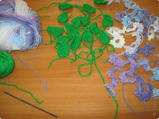 """Сирень - неприхотливое, морозоустойчивое растение.Сирень ассоциируется у нас с весной, свежестью. Пышные, тяжелые грозди сирени, душистое море запахов, прохладное благоухание словно вырастают из зари и тумана.  На Руси сирень называли """"синелью"""", от слова """"синий"""", так как именно синий цвет задает основной ее оттенок. По-французски сирень называют """"lilas"""" - """"лиловый"""". В странах Западной Европы и Америки связывают название растения также с преобладающей окраской цветков - лиловой. В Иране и Турции сирень имеет весьма интересное название - """"лисий хвост"""", возможно, из-за формы соцветий (удлиненные пушистые соцветия напоминают распушенный хвост лисицы). Научное название растения происходит от греческого """"syrinx"""", что означает """"трубка"""", """"дудочка"""". Если из ствола или ветки сирени извлечь мягкую сердцевину, из нее можно сделать дудку, свирель. Согласно греческой мифологии, флейту изобрел бог Пан. Он сделал ее из тростника, в который превратилась спасавшаяся от его преследования красавица нимфа Сиринга.  О праздниках сирени со страниц интернета:   Ежегодно в начале мая в Кралево организуются Дни Сирени. Они проходят в память о событии 13 века, когда король Урош Первый в знак любви к своей французской невесте Елене Анжуйской, будущей сербской королевы решил одеть в цветы душистой сирени всю долину реки Ибар.  С 27 мая в Ботаническом саду Московского университета на Воробьевых горах начинаются регулярные экскурсии в преддверии традиционного """"Сиреневого бала"""", который 29 мая состоится в актовом зале храма святой Татианы.   Праздник сирени проходит и в Солнечногорске. С разных концов страны люди едут в Солнечногорск к И. Ф. Стрекалову, чтобы своими глазами увидеть чудо-сад, едут за саженцами, опытом.    фото 2"""