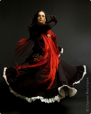 В своей работе я отобразила то, как вижу Фламенко...для меня это гитара(музыка) и маки (платья и цветы в волосах женщин).  Я сделала заготовку из ДВП в форме гитары, покрасила её в черный цвет, покрыла лаком, присадила с помощью клея цветы(маки) из соленого теста, нанесла рисунок акриловой краской серебристого цвета... фото 5