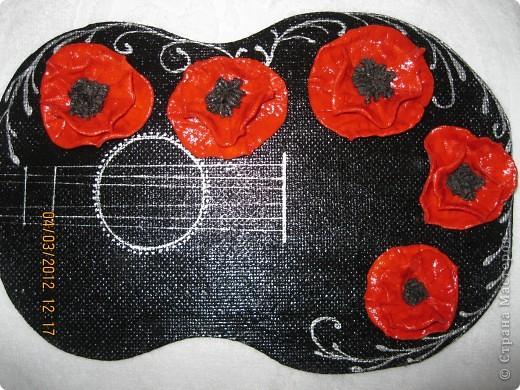 В своей работе я отобразила то, как вижу Фламенко...для меня это гитара(музыка) и маки (платья и цветы в волосах женщин).  Я сделала заготовку из ДВП в форме гитары, покрасила её в черный цвет, покрыла лаком, присадила с помощью клея цветы(маки) из соленого теста, нанесла рисунок акриловой краской серебристого цвета... фото 2