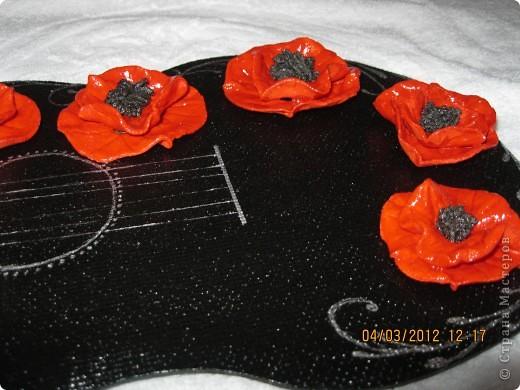 В своей работе я отобразила то, как вижу Фламенко...для меня это гитара(музыка) и маки (платья и цветы в волосах женщин).  Я сделала заготовку из ДВП в форме гитары, покрасила её в черный цвет, покрыла лаком, присадила с помощью клея цветы(маки) из соленого теста, нанесла рисунок акриловой краской серебристого цвета... фото 3