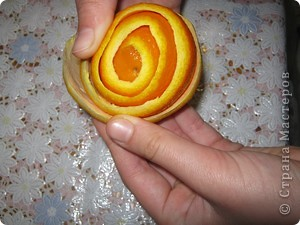 Мне досталось самое вкусное, творческое и интересное  задание. Я должна сделать поделку с применением апельсина. Оказывается их можно употреблять не только, как полезный продукт питания, но из них можно делать поделки. Из кожуры сделала розочки, из лимона - бутоны. Получилось не только красиво, но и полезно для нашего здоровья. А мякоть апельсина можно скушать. фото 7