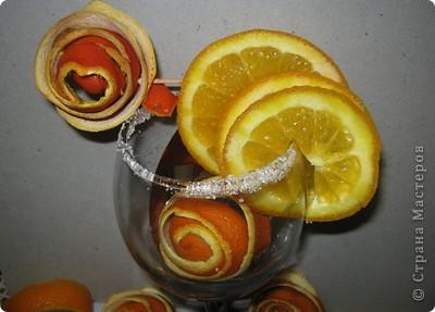 Мне досталось самое вкусное, творческое и интересное  задание. Я должна сделать поделку с применением апельсина. Оказывается их можно употреблять не только, как полезный продукт питания, но из них можно делать поделки. Из кожуры сделала розочки, из лимона - бутоны. Получилось не только красиво, но и полезно для нашего здоровья. А мякоть апельсина можно скушать. фото 2