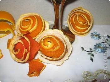 Мне досталось самое вкусное, творческое и интересное  задание. Я должна сделать поделку с применением апельсина. Оказывается их можно употреблять не только, как полезный продукт питания, но из них можно делать поделки. Из кожуры сделала розочки, из лимона - бутоны. Получилось не только красиво, но и полезно для нашего здоровья. А мякоть апельсина можно скушать. фото 3