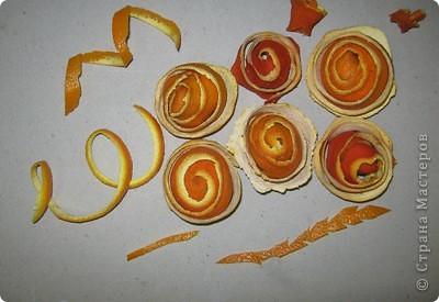 Мне досталось самое вкусное, творческое и интересное  задание. Я должна сделать поделку с применением апельсина. Оказывается их можно употреблять не только, как полезный продукт питания, но из них можно делать поделки. Из кожуры сделала розочки, из лимона - бутоны. Получилось не только красиво, но и полезно для нашего здоровья. А мякоть апельсина можно скушать. фото 4