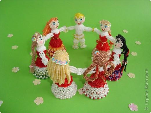 Человеческие образы для меня что-то новое! Хотелось сделать каждую куколку неповторимой, разные платья, причёски. Работа продвигалась медленно, но, на мой взгляд, это стоило того! Куколки отлично смотрятся в интерьере на полке. фото 1