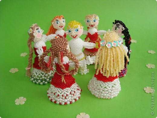 Человеческие образы для меня что-то новое! Хотелось сделать каждую куколку неповторимой, разные платья, причёски. Работа продвигалась медленно, но, на мой взгляд, это стоило того! Куколки отлично смотрятся в интерьере на полке. фото 2