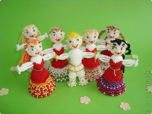 Человеческие образы для меня что-то новое! Хотелось сделать каждую куколку неповторимой, разные платья, причёски. Работа продвигалась медленно, но, на мой взгляд, это стоило того! Куколки отлично смотрятся в интерьере на полке. фото 4